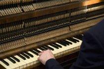 Cortar mão masculina jogando órgão — Fotografia de Stock