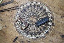 Vista a basso angolo della scatola con strumenti sul pavimento — Foto stock