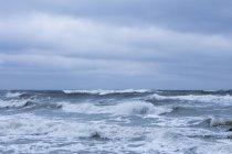 Мальовничі морських хвиль на Балтійському морі проти хмарного неба — стокове фото