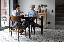 Fröhliche gemischten Altersgruppen Paar gemeinsam das Frühstück im Speisesaal — Stockfoto