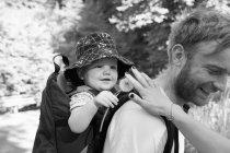 Батько, несучи сина у дитини перевізника — стокове фото