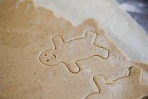 Nahaufnahme der Lebkuchenmann print auf Cookie-Teig — Stockfoto