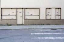 Номери на дверях і вікнах будівлі — стокове фото