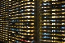 Vista esterna di appartamenti illuminati facciate edifici — Foto stock