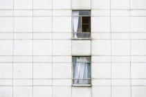 Внешний вид фасада с окнами жилых здания — стоковое фото