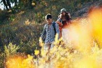 Homem e mulher caminhando na floresta — Fotografia de Stock