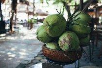 Noci di cocco fresche in cestino all'aperto — Foto stock
