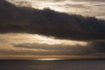 Мальовничий вид на море проти хмарного неба під час заходу сонця — стокове фото
