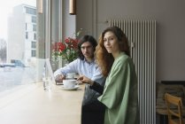 Portrait d'amis buvant café au café — Photo de stock