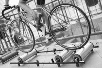 Niedriger Abschnitt des Radfahrers, der Fahrrad auf Rollen fährt — Stockfoto