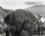 Luftaufnahme der felsigen Berglandschaft mit an einem nebligen Tag — Stockfoto