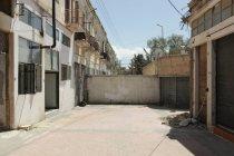 Vista frontal de la pared que divide la calle y edificios, Nicosia, Chipre - foto de stock