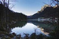 Идиллический вид на озеро и горы на фоне неба — стоковое фото