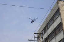Vue à faible angle de l'hélicoptère survolant le bâtiment — Photo de stock