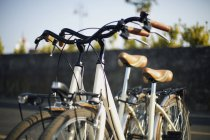 Bicicletas estacionadas na rua iluminada pelo sol — Fotografia de Stock