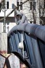 Продуманий молодий чоловік, стоячи на мосту і, дивлячись — стокове фото