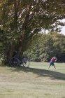Metà uomo adulto che si esercita nel parco estivo — Foto stock