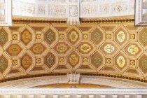 Vista inferior do teto ornamentado na Basílica de Santo Estêvão — Fotografia de Stock