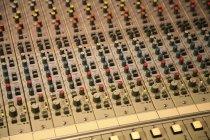 Tiro de cuadro completo de controladores de mezclador de sonido - foto de stock