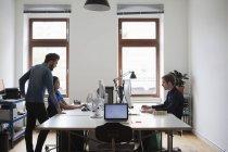 Empresários que trabalham na secretária do computador no escritório — Fotografia de Stock