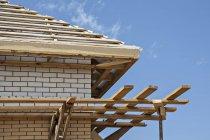 Деревянная крыша под строительство — стоковое фото