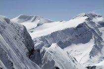 Живописный вид на снежные горы на фоне голубого неба — стоковое фото