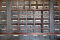 Cadre complet de tiroirs de plantes médicinales homéopathiques en pharmacie — Photo de stock