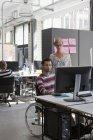 Homem e mulher trabalhando no computador no escritório — Fotografia de Stock