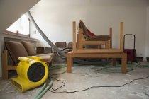 Möbel und Rohre im renovierten Raum — Stockfoto