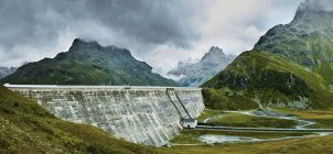 Панорамный вид на плотину посреди горной долины — стоковое фото