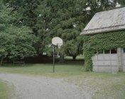 Baloncesto aro al lado del garaje en el patio - foto de stock