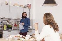 Lächelnde Paare, die Spaß in der Küche — Stockfoto