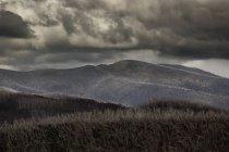 Paisagem de colinas sob nuvens de tempestade. — Fotografia de Stock