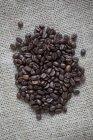 Крупним планом зору кавових зерен на мішок — стокове фото