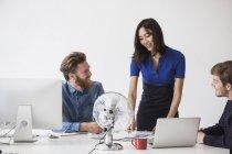 Деловые люди общаются за столом в офисе — стоковое фото