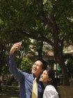 Casal de negócios romântico tirar selfie no parque da cidade — Fotografia de Stock