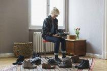 Feliz mujer zapatos sentado en casa - foto de stock