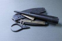 Vista ad alto angolo di strumenti di gioielli su sfondo grigio — Foto stock