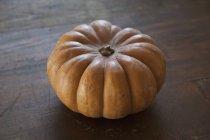 Chiuda sulla vista di zucca matura sulla tavola di legno — Foto stock