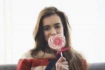 Портрет романтичної дівчини, що охоплюють роті з льодяник в домашніх умовах — стокове фото