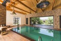 Vue intérieure de la piscine intérieure vide — Photo de stock