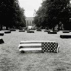 Cercueil couvert par un drapeau américain à pelouse — Photo de stock