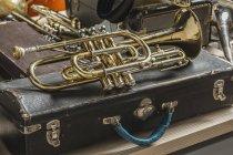 Blick auf die goldene Trompete im Kofferraum — Stockfoto