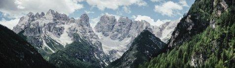 Панорамный вид на Скалистые горы против неба, Южный Тироль, Италия — стоковое фото