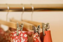 Nahaufnahme von Röcken, die auf Kleiderständern hängen — Stockfoto