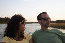 Портрет пары, сидящей на озере на природе — стоковое фото
