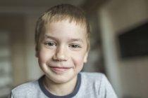Portrait de garçon souriant à la maison — Photo de stock