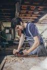 Молодий Карпентер стругальні деревини на семінарі — стокове фото