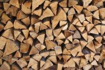 Plan plein cadre de bois de chauffage empilé sec — Photo de stock