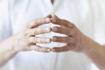 Männer in weißem T-Shirt berühren Finger — Stockfoto